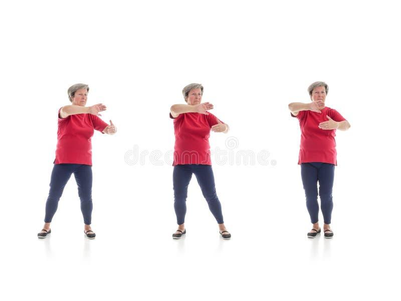 Tai chivormen door oudere vrouw worden uitgevoerd die royalty-vrije stock afbeelding