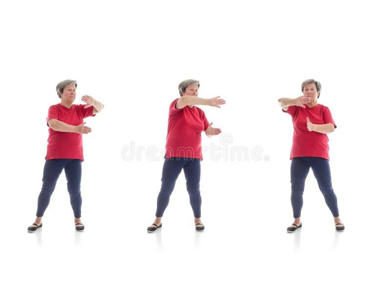 Tai chivormen door oudere vrouw worden uitgevoerd die royalty-vrije stock fotografie
