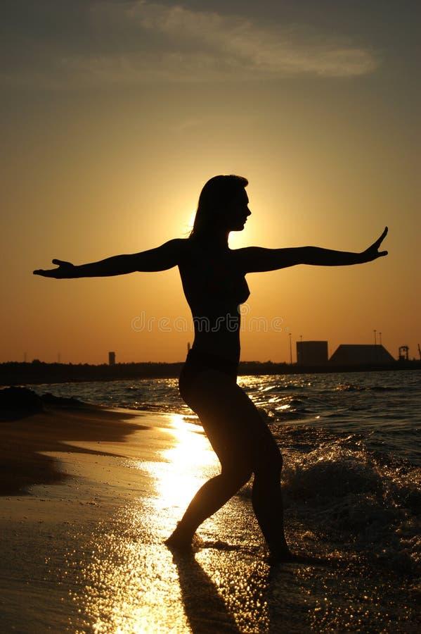 Tai-Ji de la puesta del sol en una playa fotos de archivo libres de regalías