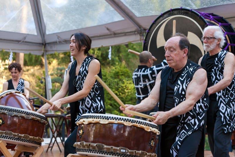 Taiko барабанит совершителями на саде японца Портленда стоковые изображения