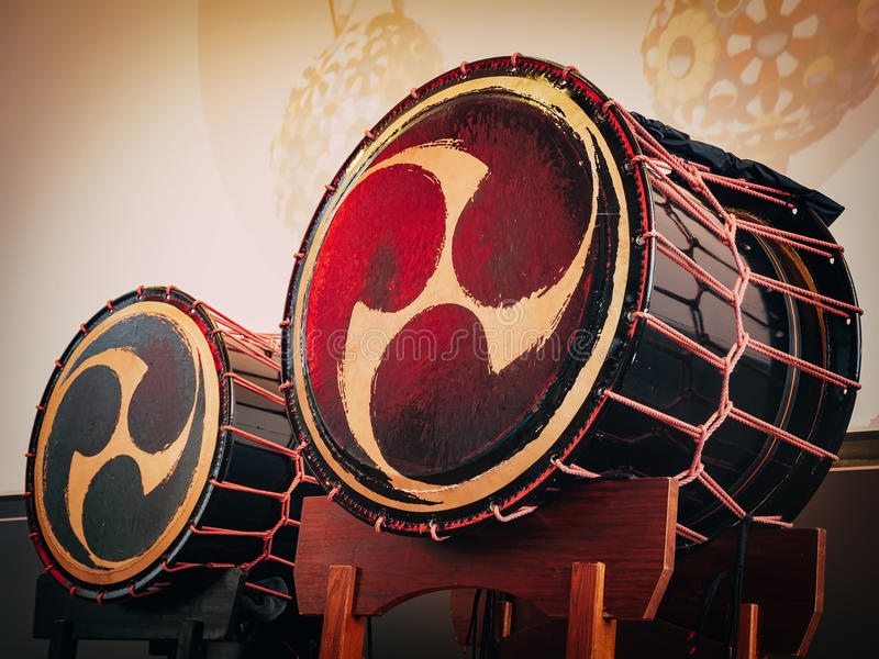 Taiko rufa o o-kedo no fundo da cena Instrumento musical de Ásia imagens de stock royalty free