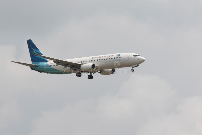 TAILÂNDIA, BANGUECOQUE 3 DE MARÇO: Voo do plano de Garuda Airline acima do suvarna fotos de stock