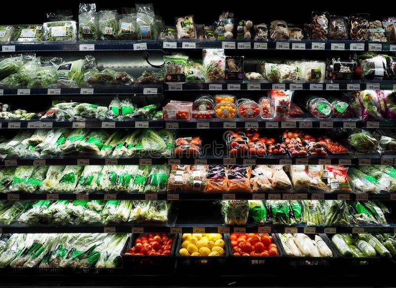 Tailândia - DEC 5,2016: Compra no supermercado, vegetais que são editorialt popular do refrigerador imagens de stock