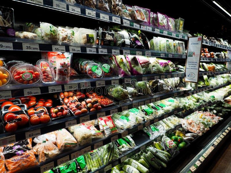 Tailândia - DEC 5,2016: Compra no supermercado, vegetais que são editorialt popular do refrigerador fotos de stock royalty free