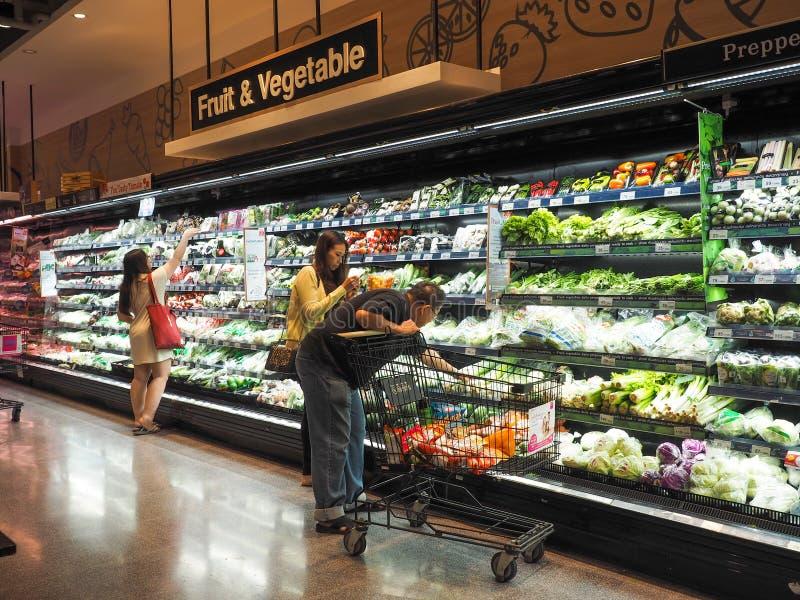 Tailândia - DEC 5,2016: Muitos povos que compram os legumes frescos no supermercado que são editorialt popular do refrigerador imagens de stock