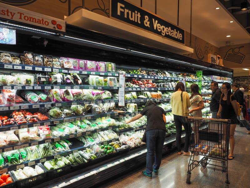 Tailândia - DEC 5,2016: Muitos povos que compram os legumes frescos no supermercado que são editorialt popular do refrigerador foto de stock