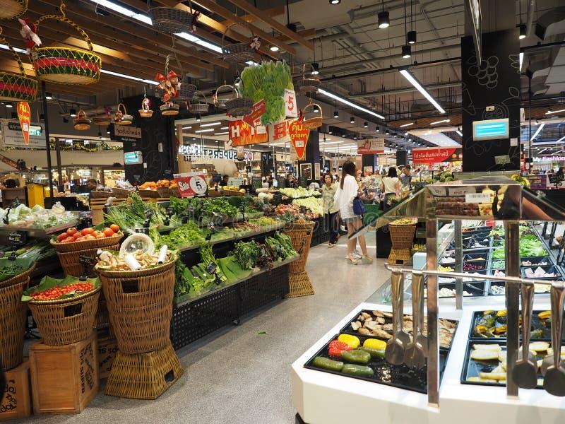Tailândia - DEC 5,2016: Muitos povos que compram os legumes frescos no supermercado que são editorialt popular do refrigerador imagem de stock