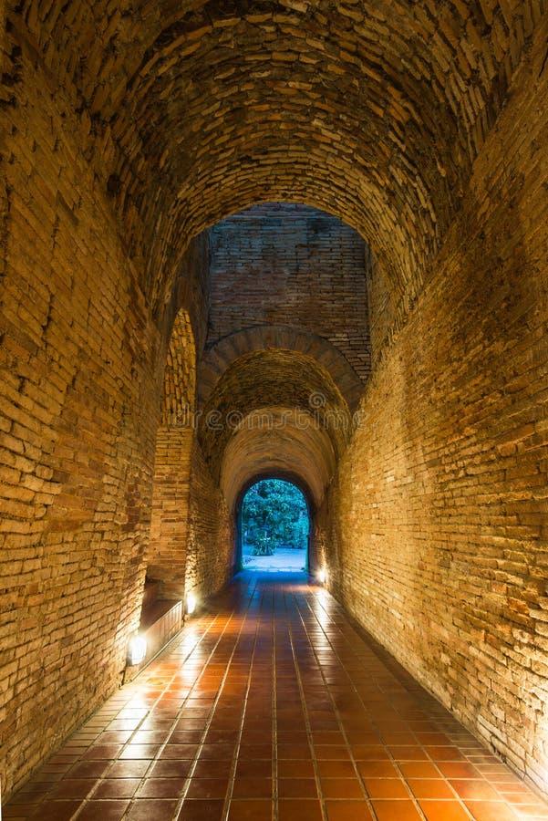 Tailândia despercebida o túnel velho do templ de Wat Umong Suan Puthatham foto de stock