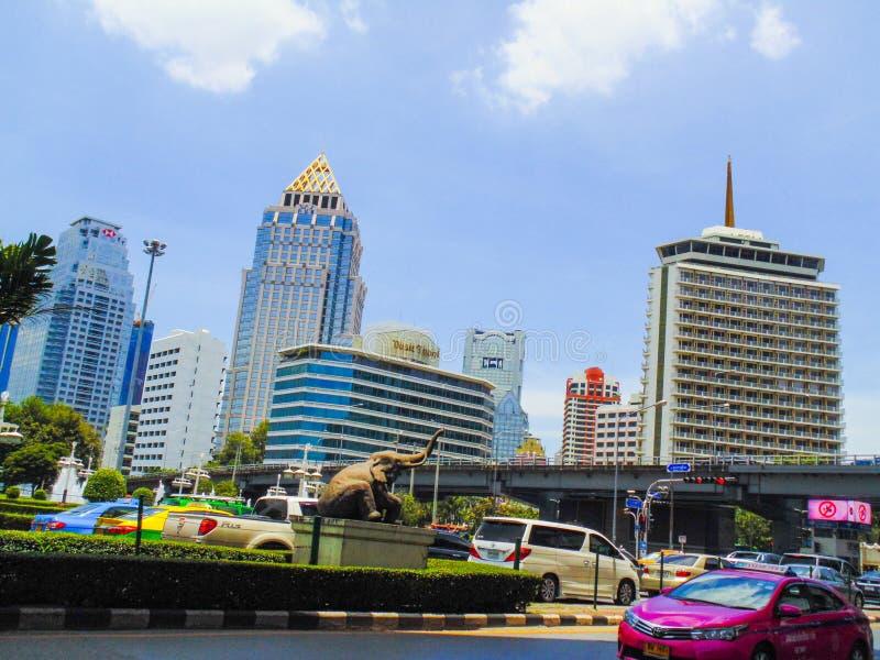 Tailândia no curso metropolitano do marco do centro do tráfego das construções do carro do dia a dia do meio-dia do espaço livre  imagem de stock