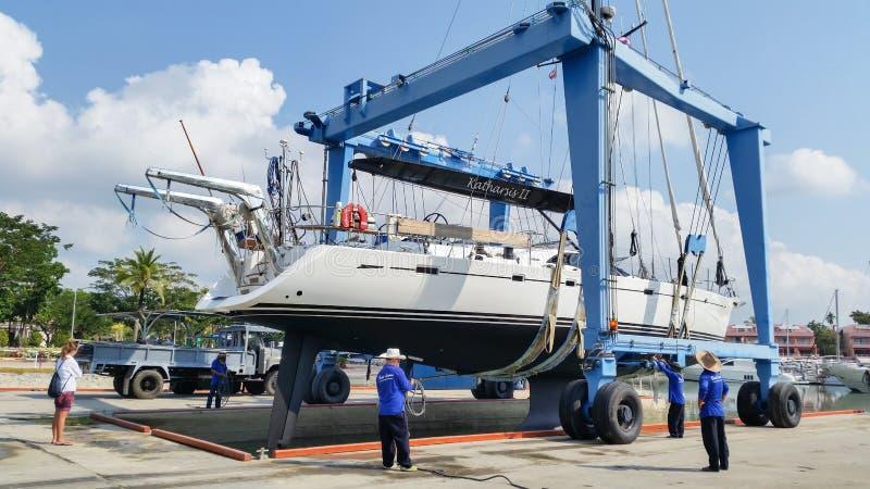 Tailândia Phuket: 2016 o 23 de maio, iate que transporta para fora para o reparo no porto da lagoa do barco de Phuket foto de stock
