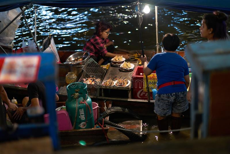 Tailândia, Samutsongkram, o 30 de dezembro de 2017, restaurante de flutuação o do marisco imagens de stock