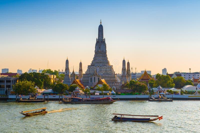 TAILÂNDIA, BANGUECOQUE - 12 DE ABRIL DE 2018: Início da noite, os barcos de turista navegam ao longo do rio de Chaopraya perto de fotografia de stock royalty free