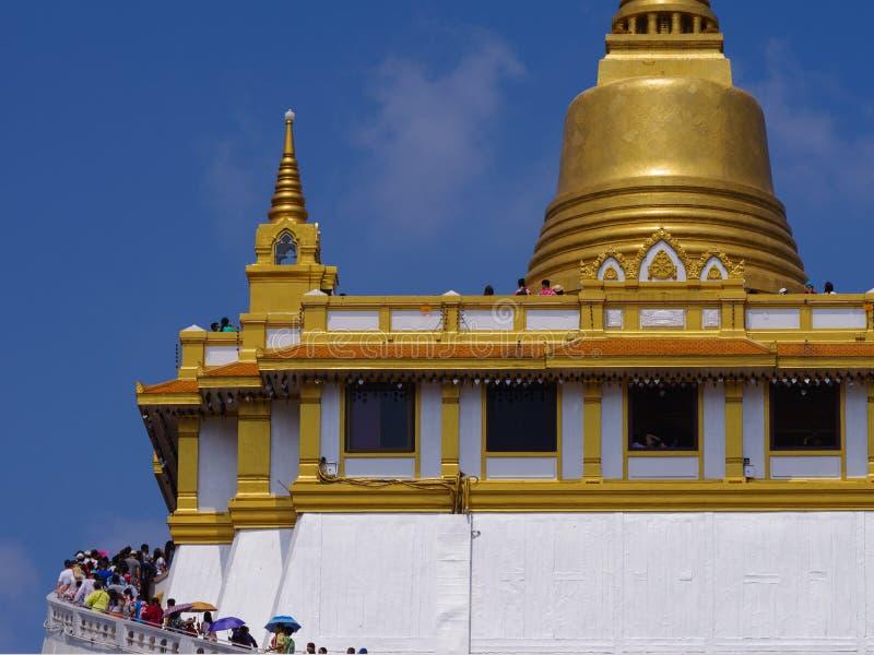TAILÂNDIA, BANGUECOQUE - 14 DE ABRIL DE 2018: O monte artificial dentro de Wat Saket em Banguecoque, Tailândia, os visitantes esc fotos de stock