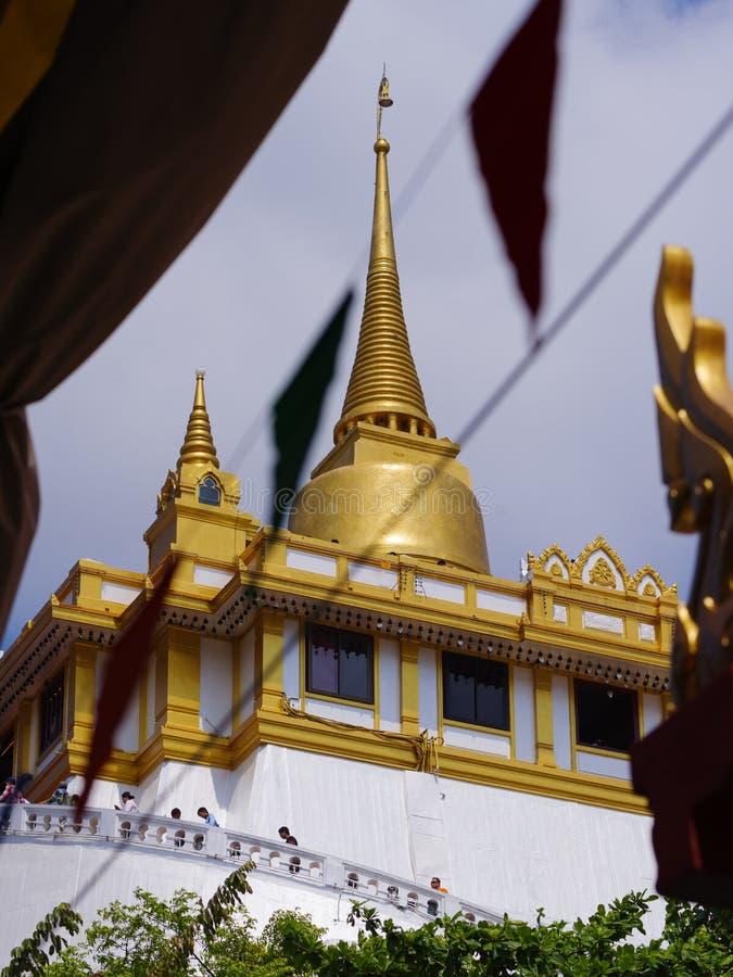 TAILÂNDIA, BANGUECOQUE - 14 DE ABRIL DE 2018: O monte artificial dentro de Wat Saket em Banguecoque, Tailândia, os visitantes esc fotos de stock royalty free