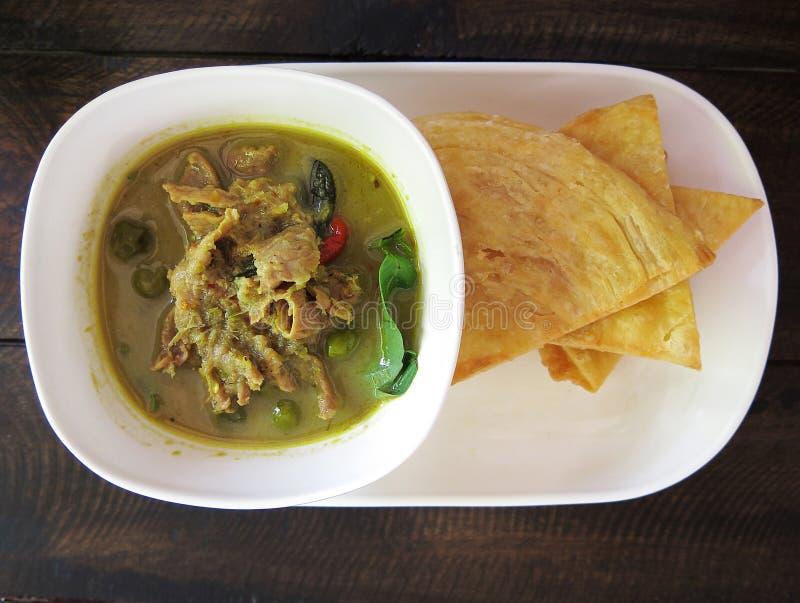 Tailandés, comida, pollo verde del curry, leche de coco y Roti frito imagenes de archivo