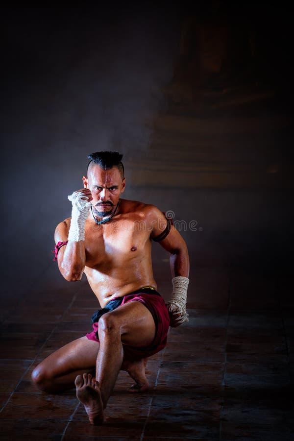 Tailandés de Muay antiguo, tailandés está encajonando estilo del vintage del deporte del combatiente imagen de archivo