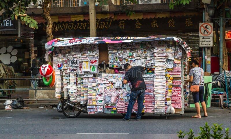 """TAILAND, BANGKOK € """"3 MAART, 2015: Het de straatleven van Azië, mens koopt een krant bij de kiosk royalty-vrije stock foto"""