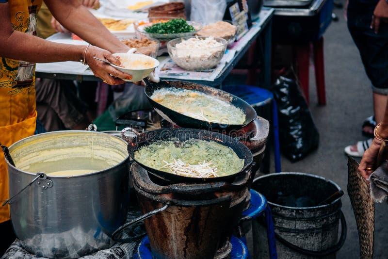Tailandese - crêpe croccante farcito casalingo dell'uovo di stile vietnamita con immagine stock libera da diritti