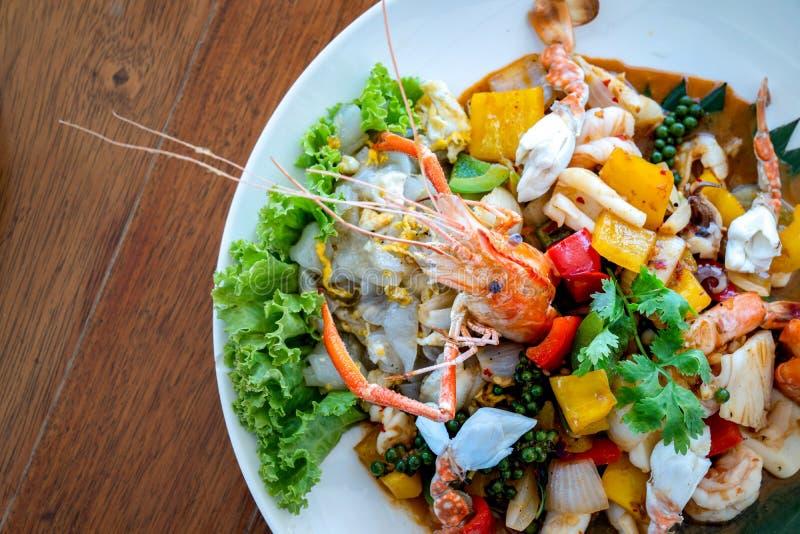 Tailandese dei frutti di mare mixxed insieme fra gamberetto bollito, il granchio, il calamaro e la verdura colourful in piatto su fotografia stock libera da diritti