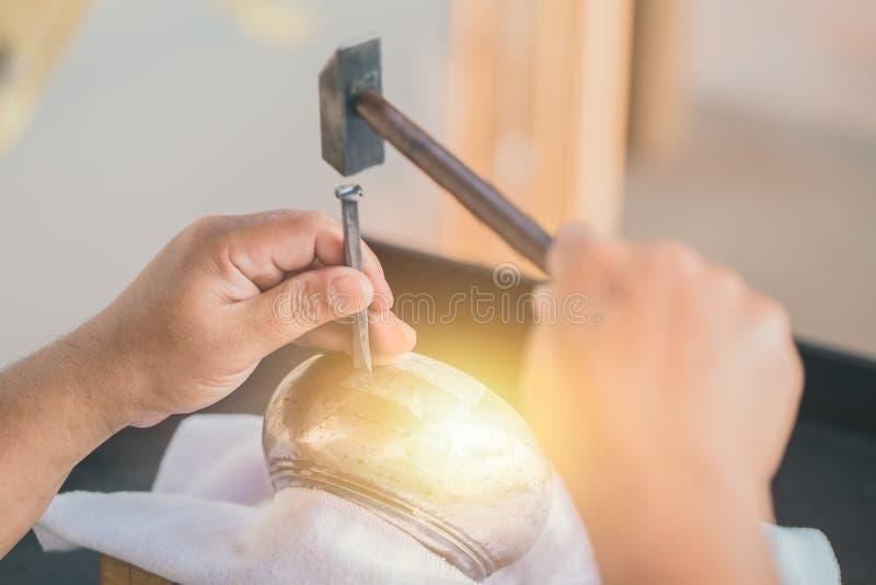 Tailandese Handcraft l'acciaio incidono con le belle arti del martello fotografia stock libera da diritti