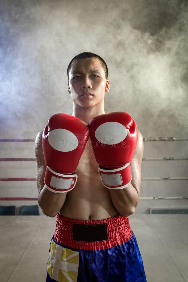 Tailandeses de Muay un fuerte alistan para la lucha en la lucha de Muay Tha imágenes de archivo libres de regalías