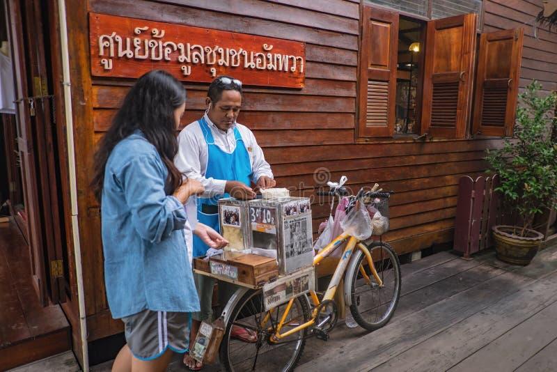 Tailandeses desconhecidos vendendo Vintage Roti na Bicicleta em Amphawa Flutuando no mercado de férias fotos de stock royalty free