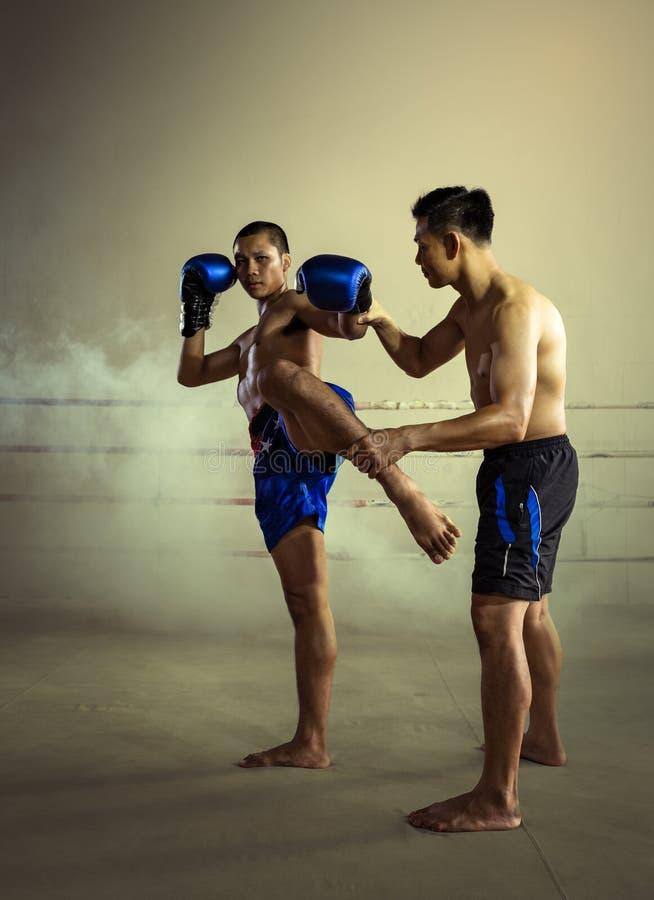 Tailandia Art Muay Thai Coach Training marcial Kickboxing en Muay imagen de archivo