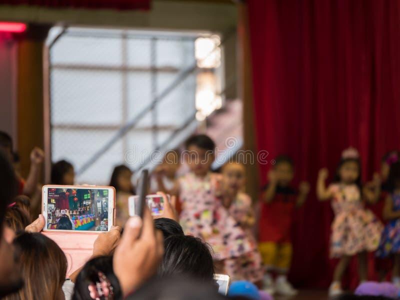 Tailandia, Chonburi: Los padres intentan tomar la imagen o tomar el vid imagenes de archivo