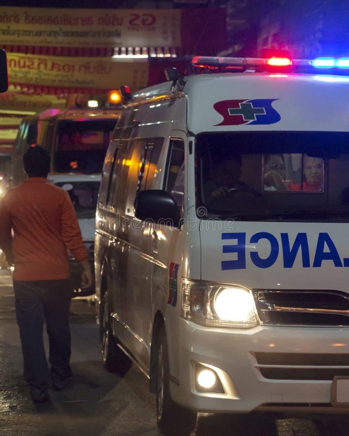 Tailandia - 20 de febrero de 2015: Ambulancia en la noche que responde a una situación de emergencia en el desfile de Chinatown d imágenes de archivo libres de regalías