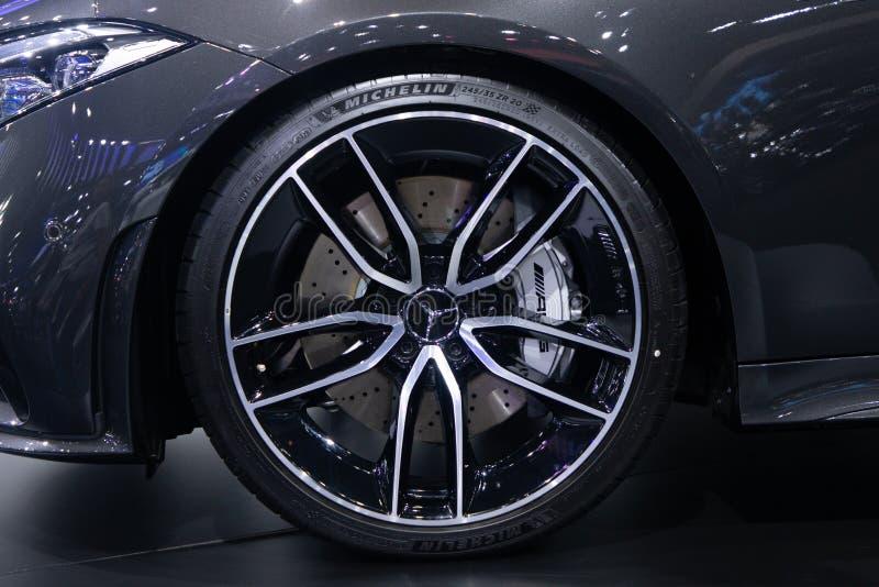 Tailandia - diciembre de 2018: cierre encima del Benz AMG CLS 53 de Mercedes, del neumático negro de Michelin y de la rueda del m foto de archivo
