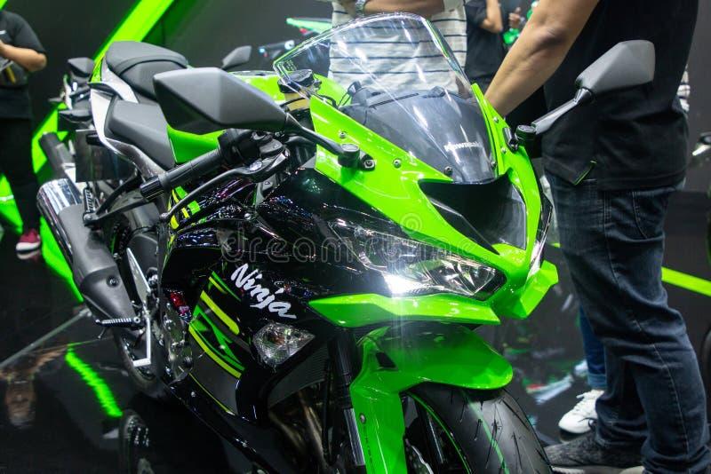 Tailandia - diciembre de 2018: cierre encima del verde de Kawasaki Ninja y de la moto negra del color presentados en la expo Nont imagenes de archivo