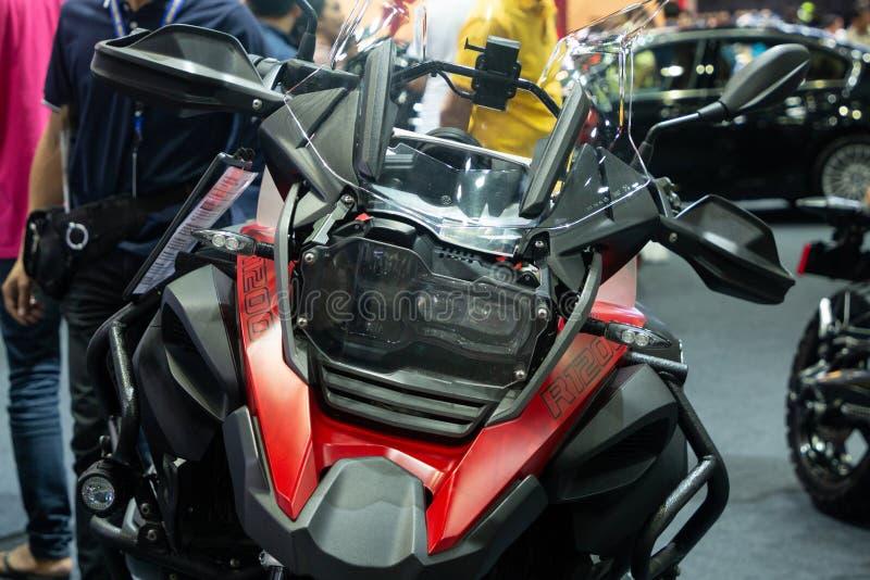 Tailandia - diciembre de 2018: el cierre encima de la cabeza y de luces de la moto de BMW R1200 presentó en la expo Nonthaburi Ta fotografía de archivo libre de regalías