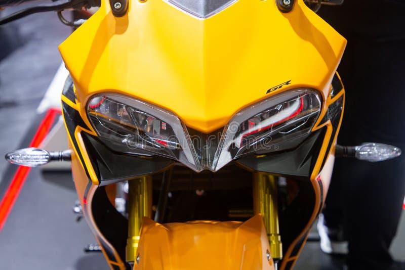Tailandia - diciembre de 2018: vista inicial cercana de la moto amarilla del DEMONIO de GPX GR presentada en la expo Nonthaburi T fotos de archivo
