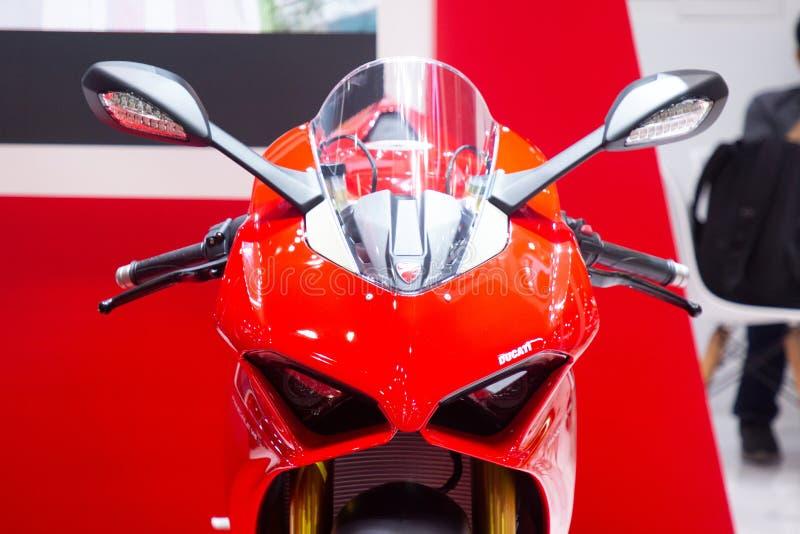 Tailandia - diciembre de 2018: vista inicial cercana de la moto roja de Ducati presentada en la expo Nonthaburi Tailandia del mot imagen de archivo
