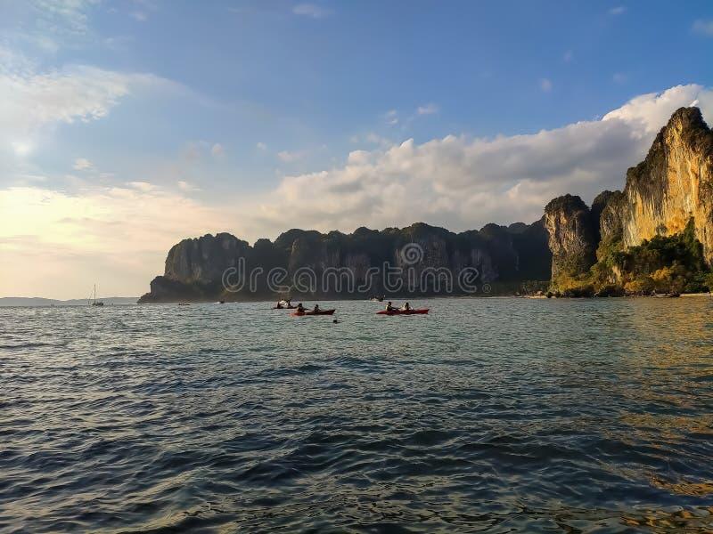 Tailandia, Krabi - 16 de febrero de 2019: gente kayaking alrededor de las rocas fotografía de archivo