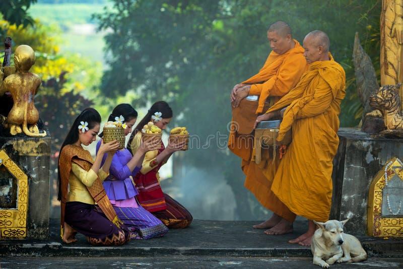 tailandia Las muchachas del Lao están haciendo mérito en el templo budista en la prohibición M foto de archivo