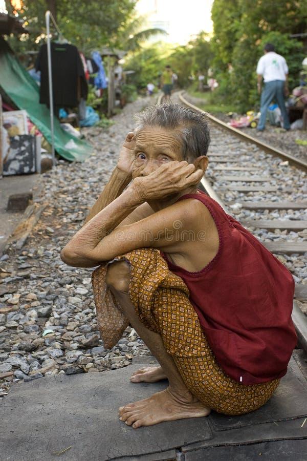 Tailandia mucha gente vive a lo largo de las pistas de ferrocarril o en los tugurios fotografía de archivo