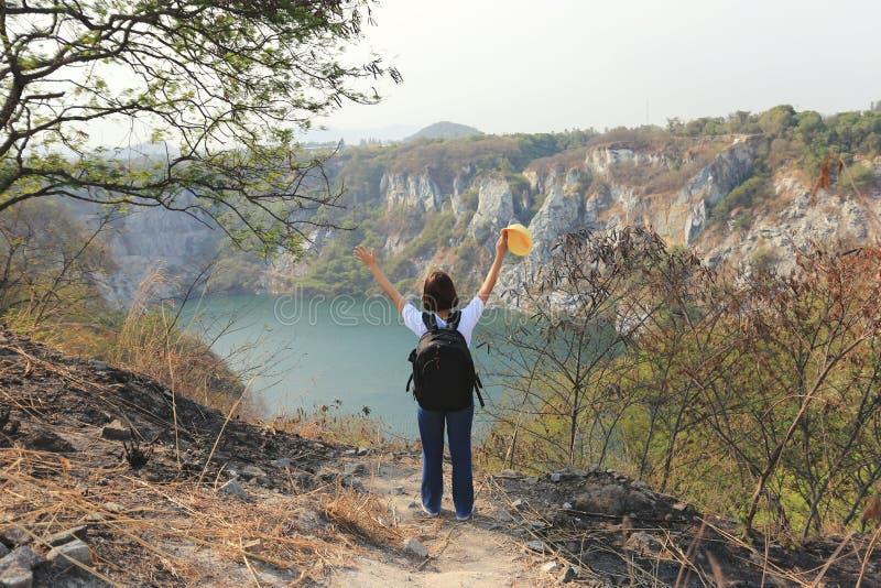 Tailandia que sorprende, viajero asiático de la muchacha con la mochila que goza y que se coloca en las montañas del chonburi del imagen de archivo