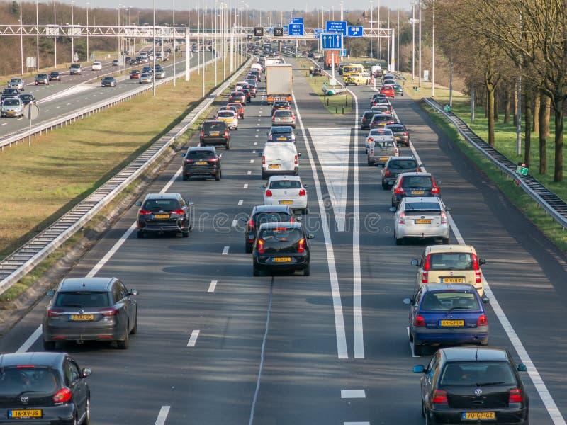 Tailback under rusningstid på motorvägen, Nederländerna arkivbild