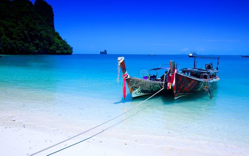 Tailboats durch das Ufer in Hong-Insel, Krabi Thail lizenzfreie stockfotografie
