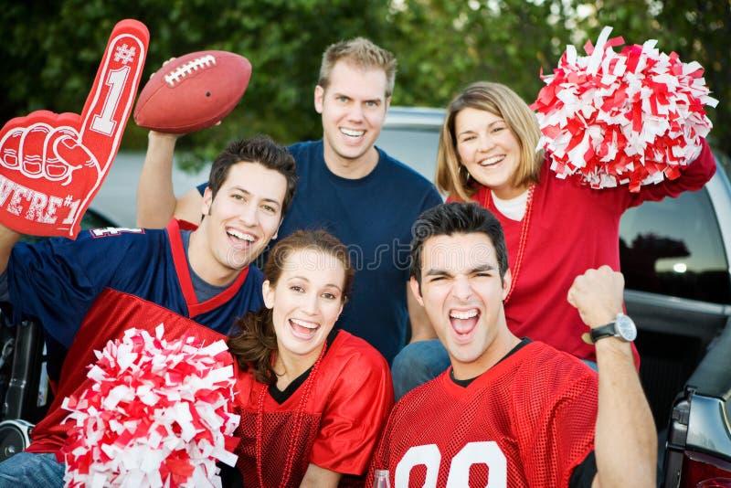 Tailgating: Grupp av fotbollsfan som hurrar för lag arkivfoto