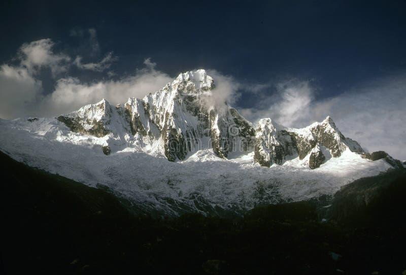 Taillaraju, montagne striée escarpée image stock