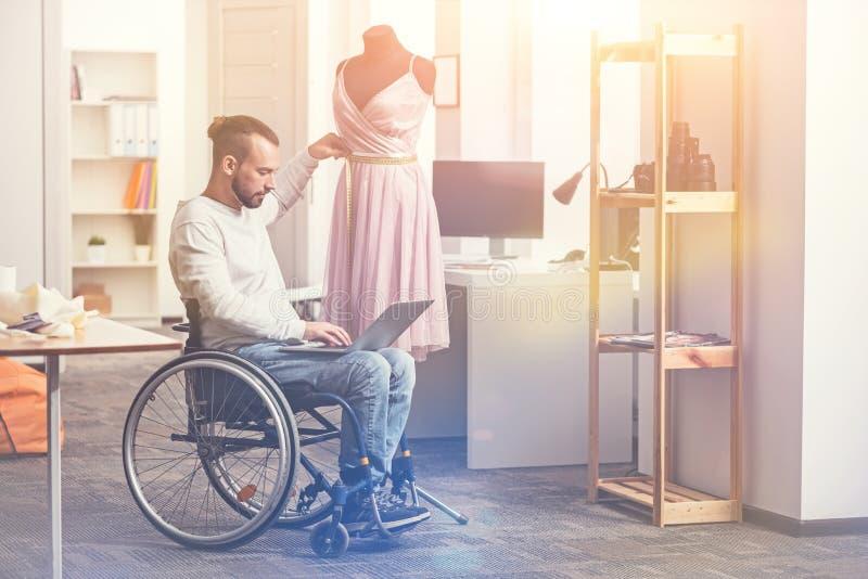 Taille de mesure de modeleur handicapé de taille photographie stock libre de droits