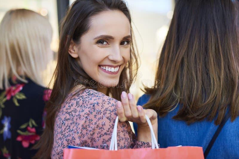 Taille des femmes de rotation avec des sacs à provisions image libre de droits