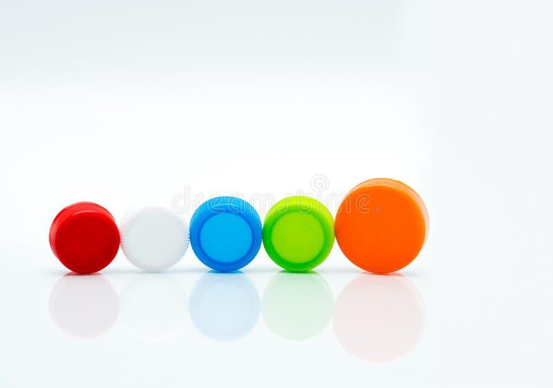 Taille et couleur différentes des couvercles à visser en plastique ronds photos stock