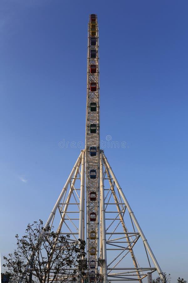 Taille 150 mètres, diamètre de 120 mètres, composé de 60 capsules de roue de couleur d'arc-en-ciel images stock