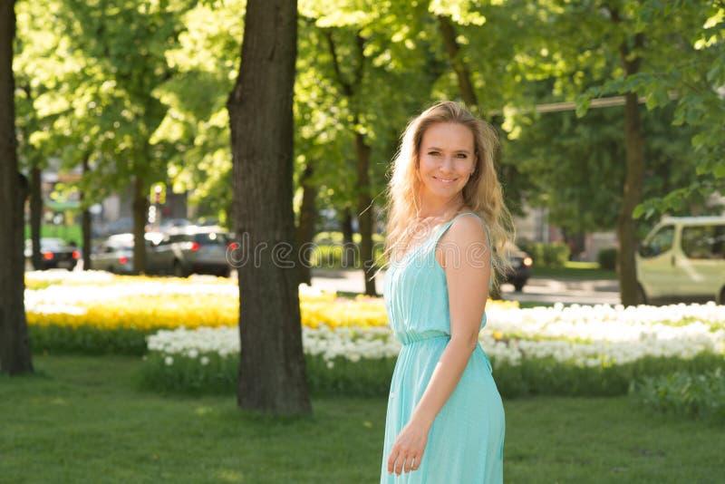 Taille omhoog emotioneel portret van de aantrekkelijke blondevrouw in a stock fotografie