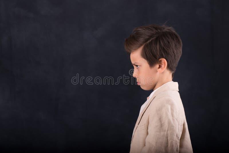 Taille omhoog emotioneel portret van een donkerbruine jongen stock afbeelding