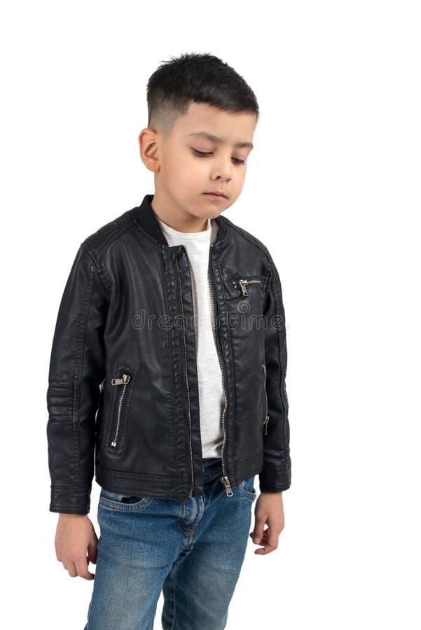 Taille omhoog emotioneel portret van verstoord weinig jongen van bru stock foto