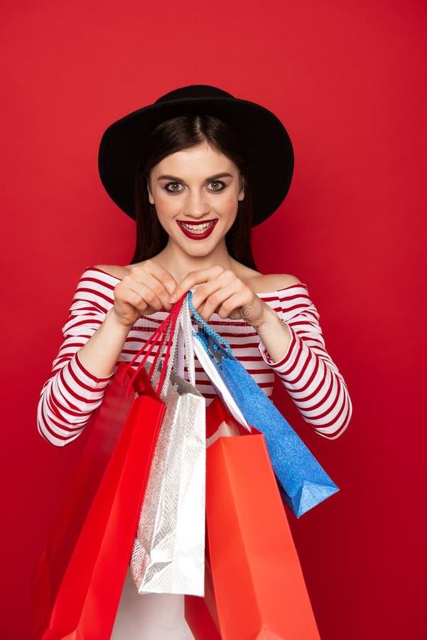 Taille omhoog gelukkige dame met vele het winkelen pakken stock foto